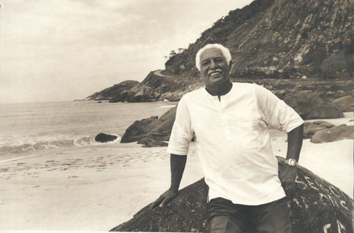 Dorival Caymmi on the beach, via tomjobin.org.