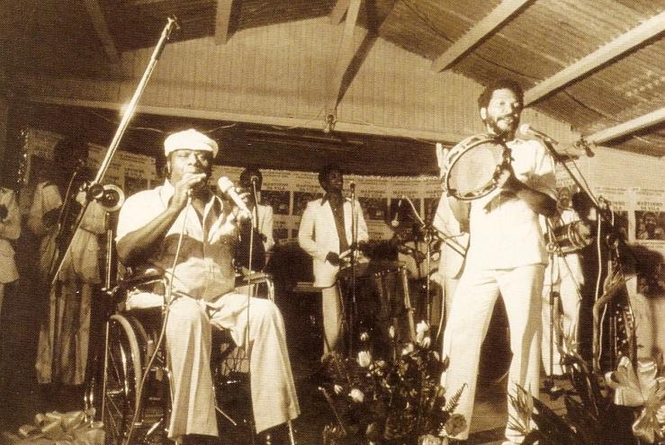 Candeia singing with Martinho da Vila.