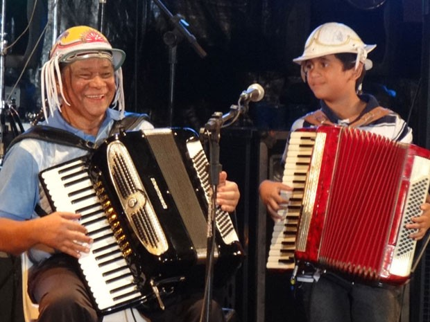 Dominguinhos playing his final show in Exu, Pernambuco on December 13, 2012, accompanied by the young accordionist Cícero Feitosa.