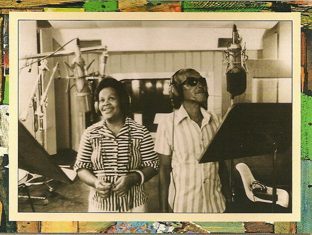 Cartola recording his second album in 1976, with his daughter Regina.
