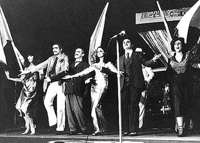 Scene from Ópera do Malandro. Pictured (L-R): Elba Ramalho, Tony Ferreira, Ari Fontoura, Marieta Severo, Otávio Augusto, and Maria Alice Vergueiro.