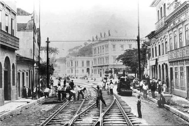 Trolley tracks being laid on Rua do Catete in 1906. In the photo we see Palácio do Catete and next to it, Escola Rodrigues Alves, which was demolished during metro construction.