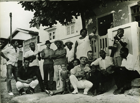 Portela's Velha Guarda in 1970, with Paulinho da Viola standing on far left and Monarco at center with a cavaquinho.